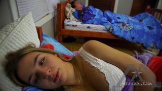 Yatağında Porno Seyrederken Abisine Yakalanıyor