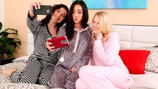 WeLiveTogether Pijama Partisine Giden Lily ve Jay Herkes Uyuduğunda Birbirinin Götünü Parmaklıyor Türkçe Altyazılı Porno