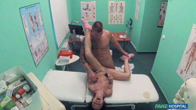 FakeHospital Azgın Doktor Büyük Meme İsteyen Lolayı Pompalama Yöntemiyle Şişiriyor Türkçe Altyazılı Porno
