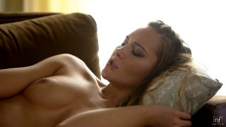 İzlediği Erotik Filmin Etkisinde Kalan Sarışın