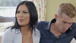 Kızının Erkek Arkadaşına Kalite Kontrol Yapan Anne