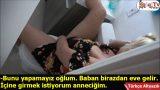 Tuvalette Yakaladığı Annesini Boşaltmadan Bırakmıyor