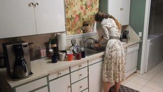 Kız kardeşini mutfakta bulaşık yıkarken sikiyor